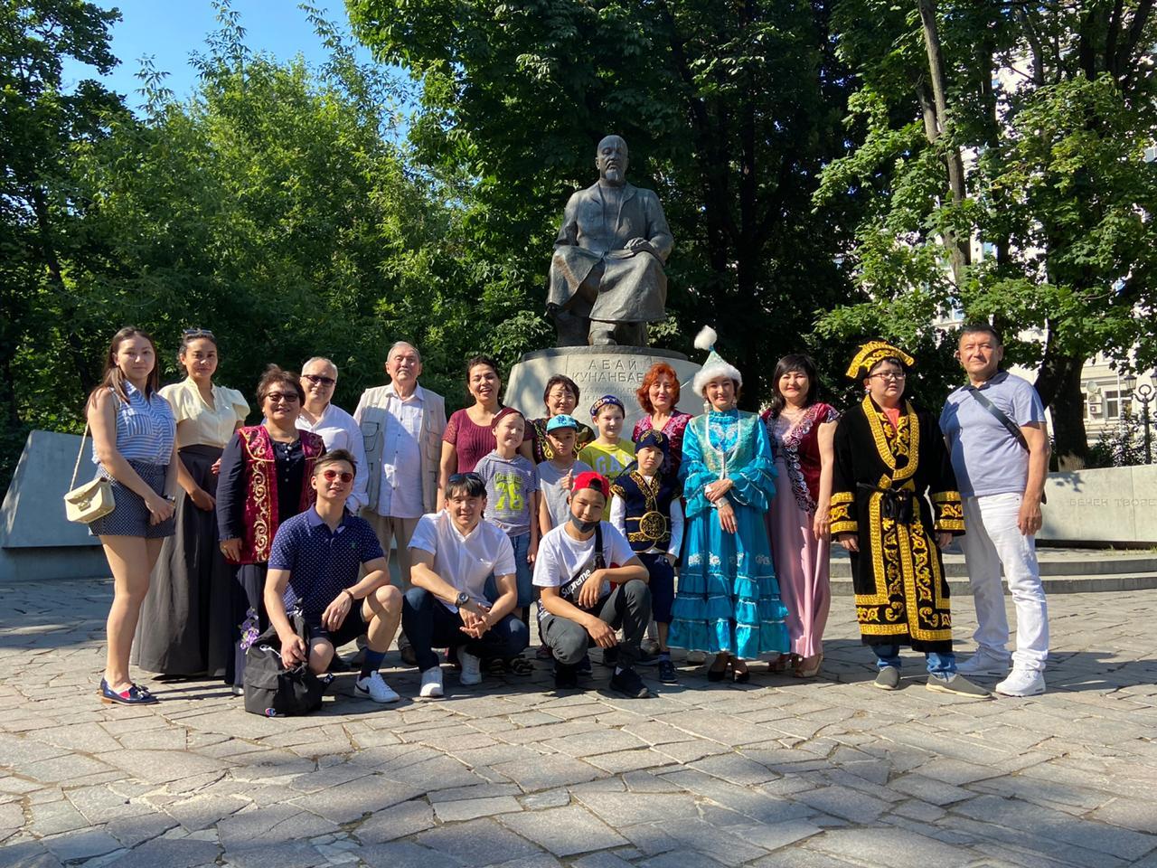 Казахская диаспора провела «Абаевские чтения» у памятника поэта в Москве