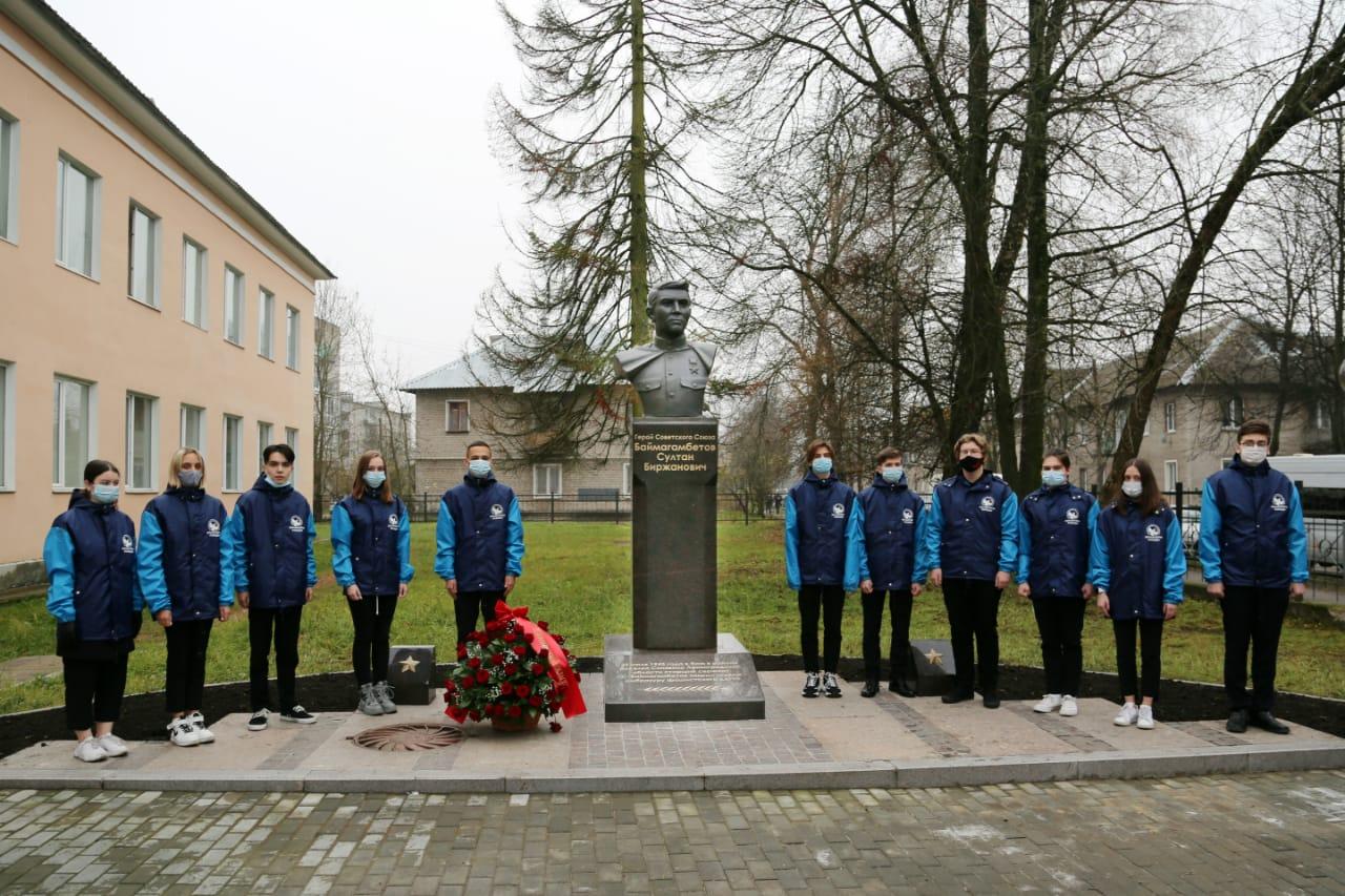 В Ленинградской области после реставрации открыт бюст Героя Советского Союза Султана Баймагамбетова
