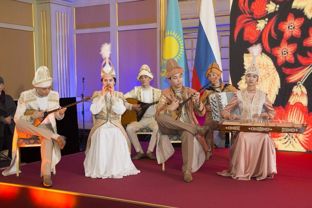 На Приёме по случаю Дня Независимости РК в Москве показали частную коллекцию картин Нурлана Смагулова. Выставку украсил ансамбль народной музыки