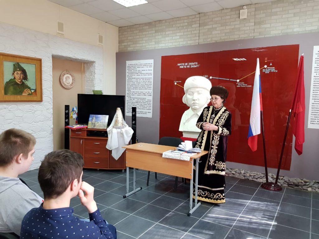 Казахская поэтесса встретилась с учениками московской школы имени Алии Молдагуловой
