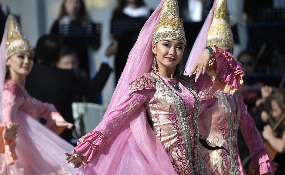 У павильона «Казахстан» на ВДНХ в честь Дня города Москвы прошла праздничная программа