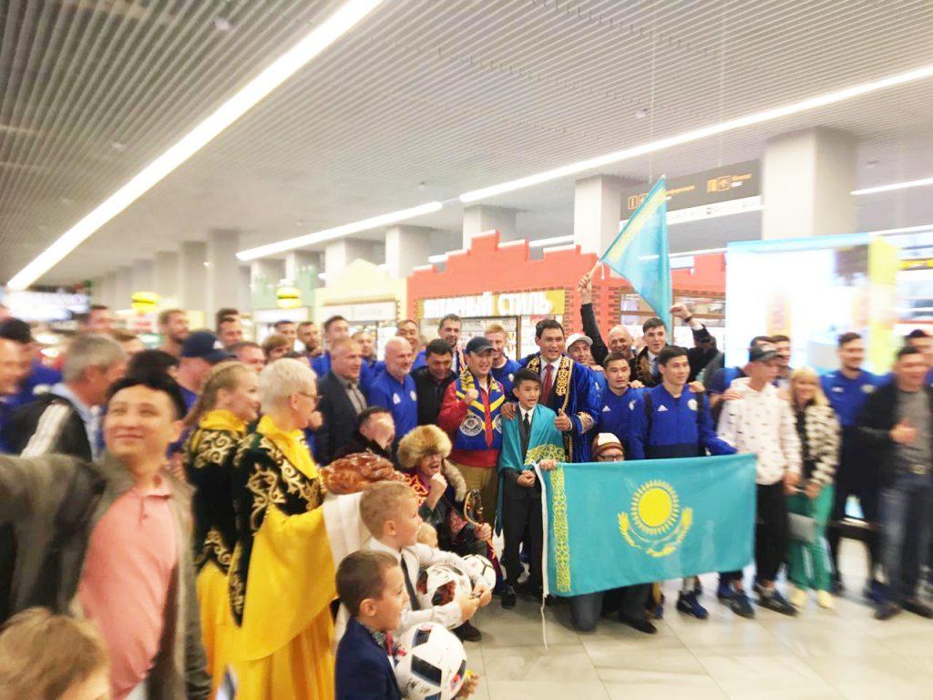 Футбольные фанаты овациями встретили сборную из Казахстана в Калининграде